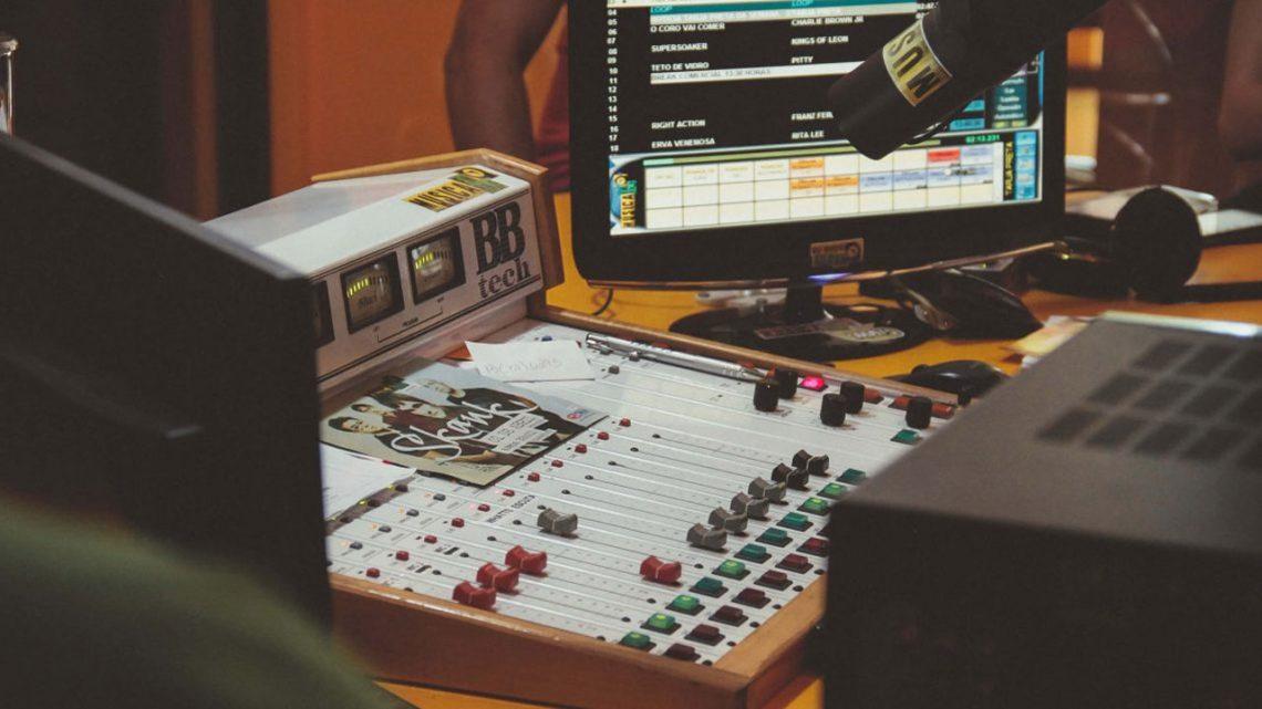 Descubra-como-uma-rádio-ganha-dinheiro